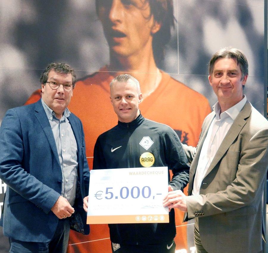 Björn Kuipers ontvangt cheque van 5.000 euro voor Stichting steun Emma Kinderziekenhuis